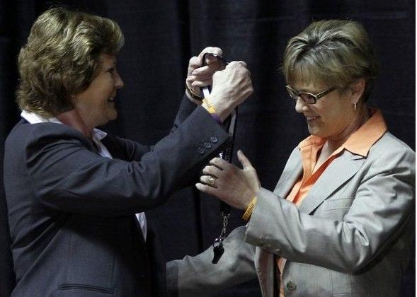 Pat Summitt passes whistle to Holly Warlick 1